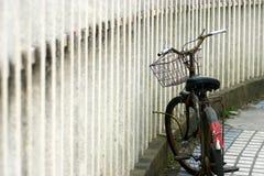 Verrouillez la bicyclette près de la frontière de sécurité Photo stock