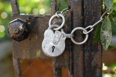 Verrouillez sur une porte rouillée Photo stock
