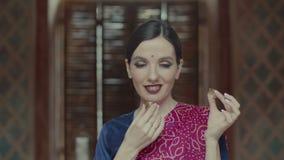 Verrukkelijk vrouwelijk het genieten van aroma van droog parfum stock videobeelden