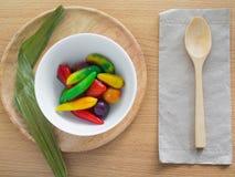 Verrukkelijke imitatievruchten op woodednlijst Stock Fotografie