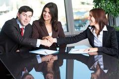 Versöhnung zwischen zwei Geschäftsleuten Stockfotos