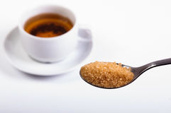 Versüßen des Tees stockfoto