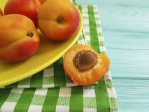 Vers abrikozen organisch dessert bij de blauwe houten verfrissing als achtergrond, veganist royalty-vrije stock fotografie