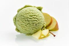 Vers appelroomijs met gesneden fruit Stock Afbeeldingen
