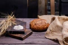 Vers artisanaal brood op de keukenlijst Het concept gezond voedsel en traditionele bakkerij stock afbeelding