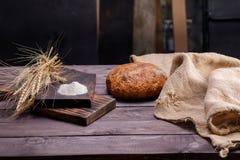Vers artisanaal brood op een houten lijst Het concept gezond voedsel en traditionele bakkerij royalty-vrije stock foto