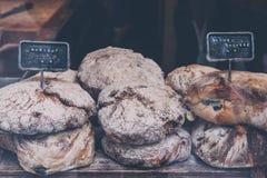 Vers artisanaal brood op verkoop royalty-vrije stock fotografie