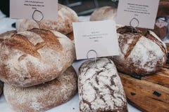 Vers artisanaal brood op verkoop bij een markt stock foto's