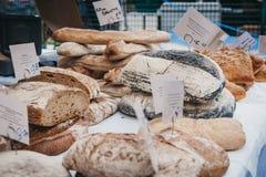 Vers artisanaal brood op verkoop bij een straatmarkt stock afbeeldingen