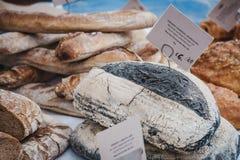 Vers artisanaal houtskoolbrood op verkoop een markt stock foto's