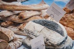 Vers artisanaal houtskoolbrood op verkoop een markt stock afbeelding