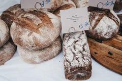 Vers artisanaal roggebrood op verkoop bij een straatmarkt royalty-vrije stock foto's