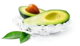 Vers avocadofruit met groene bladeren royalty-vrije stock foto's