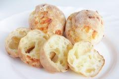 Vers baksel eigengemaakt kaasachtig brood Stock Afbeelding