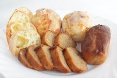 Vers baksel eigengemaakt kaasachtig brood en roggebrood Royalty-vrije Stock Afbeelding