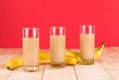 Vers banaansap op houten lijst Royalty-vrije Stock Foto