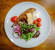Vers bereid gerecht van gerookte makreel met een lichte die salade, op een keukenlijst wordt gezien royalty-vrije stock afbeeldingen