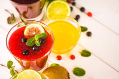 Vers bes en fruit smoothies Stock Afbeeldingen