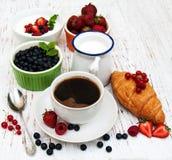 Vers bessen, koffie en croissant Stock Fotografie