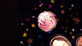 Vers bevroren cupcakes met verspreid droog kruid stock videobeelden