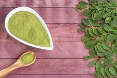 Vers bladeren en moringa poeder - oleifera Moringa Royalty-vrije Stock Afbeelding