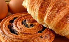 Vers brood Deens en croissanttarwe op houten stock foto