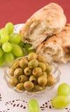 Vers brood met druiven en olijf Stock Foto's