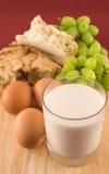 Vers brood met eieren en glas melk Royalty-vrije Stock Fotografie
