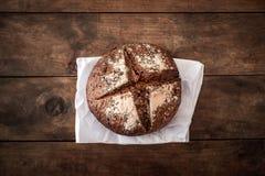 Vers brood op donkere houten raad, hoogste mening kernachtig Eigengemaakt brood royalty-vrije stock fotografie