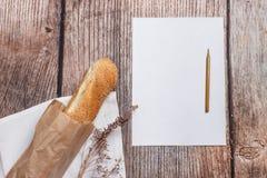 Vers brood op een houten oppervlakte Stock Afbeeldingen