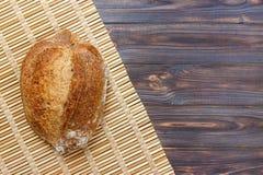 Vers brood op houten lijst Hoogste mening met ruimte voor uw tekst Stock Afbeelding