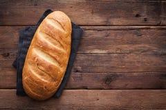 Vers brood op houten lijst Hoogste mening met ruimte voor uw tekst Stock Afbeeldingen