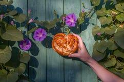Vers broodje op de houten oppervlakte Royalty-vrije Stock Foto