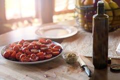 Vers Cherry Tomatoes onder olie en kruiden op de lijst, de zomerterras Royalty-vrije Stock Foto's