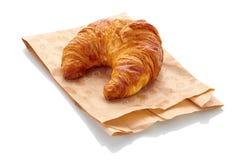 Vers croissant met document zak op witte achtergrond Royalty-vrije Stock Afbeelding