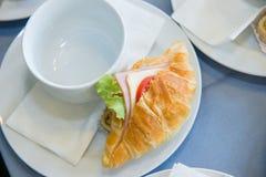 Vers croissant met ham en kaas en witte kop voor onderbrekingstijd Royalty-vrije Stock Afbeeldingen