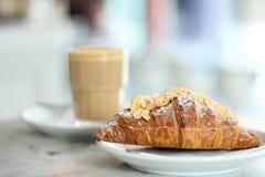 Vers Croissant met Italiaanse koffie op de achtergrond Stock Foto