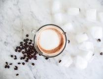 Vers de bonen van de grondkoffie met de kop van ijs en van de cappuccino Royalty-vrije Stock Afbeeldingen