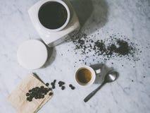 Vers de bonen van de grondkoffie met de kop van ijs en van de cappuccino Royalty-vrije Stock Foto's