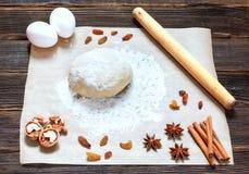 Vers deeg klaar voor baksel op rustieke houten achtergrond Royalty-vrije Stock Afbeelding