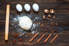 Vers deeg klaar voor baksel op rustieke houten achtergrond Stock Foto