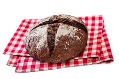Vers die brood op witte achtergrond wordt geïsoleerd kernachtig Eigengemaakt brood stock fotografie