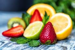 Vers die fruit en munt voor het maken van limonade wordt gebruikt royalty-vrije stock afbeelding