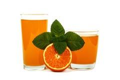 Vers die jus d'orange met munt in een glaskop op witte achtergrond wordt geïsoleerd Vers sinaasappelen en sap op een witte achter Royalty-vrije Stock Afbeelding