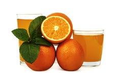 Vers die jus d'orange met munt in een glaskop op witte achtergrond wordt geïsoleerd Vers sinaasappelen en sap op een witte achter Royalty-vrije Stock Fotografie
