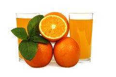 Vers die jus d'orange met munt in een glaskop op witte achtergrond wordt geïsoleerd Vers sinaasappelen en sap op een witte achter Stock Fotografie