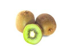 Vers die kiwifruit op witte achtergrond wordt geïsoleerd Stock Afbeeldingen