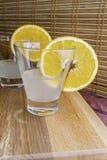 Vers die kokosnotenwater in glas met oranje plakken op houten dienblad en bamboe selectieve gestemde nadruk wordt verfraaid als a Stock Fotografie