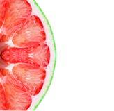 Vers die pompelmoesfruit op witte achtergrond wordt geïsoleerd Stock Afbeelding
