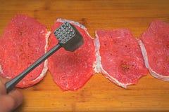 Vers die vlees op een houten raad wordt gehamerd royalty-vrije stock foto's